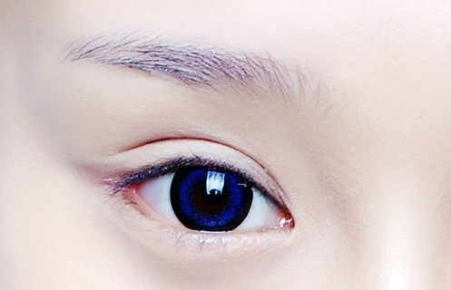 可先用眉笔画出适合自己的眉型