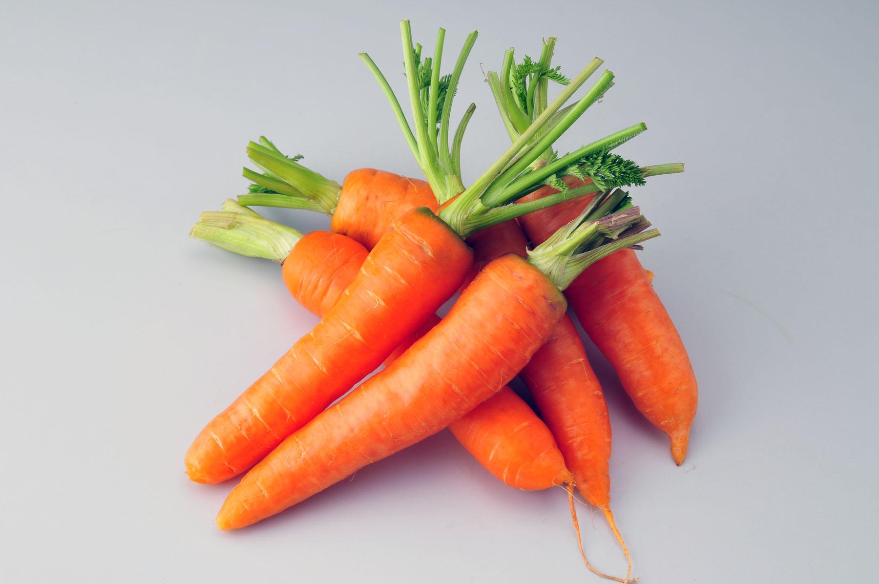 """五、胡萝卜 味甘,性凉,有养血排毒、健脾和胃的功效,素有""""小人参""""之称。胡萝卜富含糖类、脂肪、挥发油、维生素a、维生素b1、维生素b2、花青素、胡萝卜素、钙、铁等营养成分。现代医学已经证明,胡萝卜是有效的解毒食物,它不仅含有丰富的胡萝卜素,而且含有大量的维生素a和果胶,与体内的汞离子结合之后,能有效降低血液中汞离子的浓度,加速体内汞离子的排出。"""