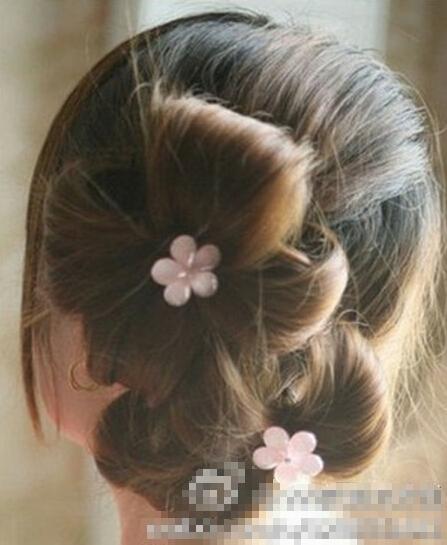 花朵形状编发 把头发编成花