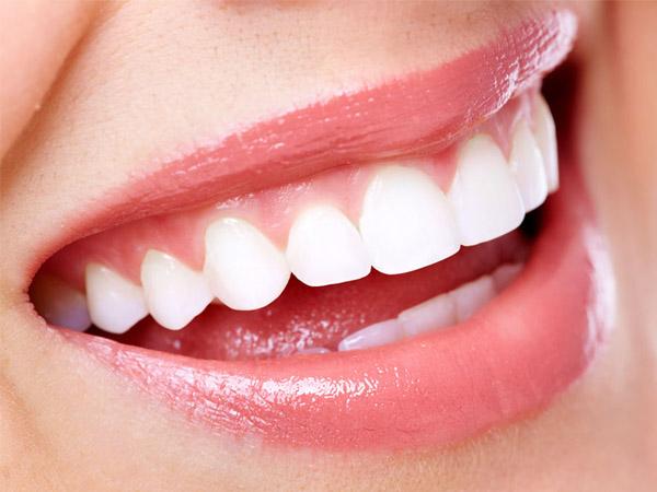 在我们的日常生活中,许多人都发现自己的牙齿变成黄色的,在微笑的时候也愈来愈不自信,那么有什么妙招才能让我们再次拥有亮白的牙齿绽放自信的笑容呢? 1.草莓一颗,发酵粉1/2茶匙。将草莓碾成糊状,与发酵粉充分混合,用一个柔软的牙刷将混合物均匀涂在牙齿外表,5分钟后用牙膏将混合物刷掉,然后漱口。 2.