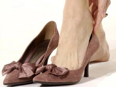 一双合适的高跟鞋配上薄丝高筒裤,会令你的双腿亭亭玉立,在男人眼中图片