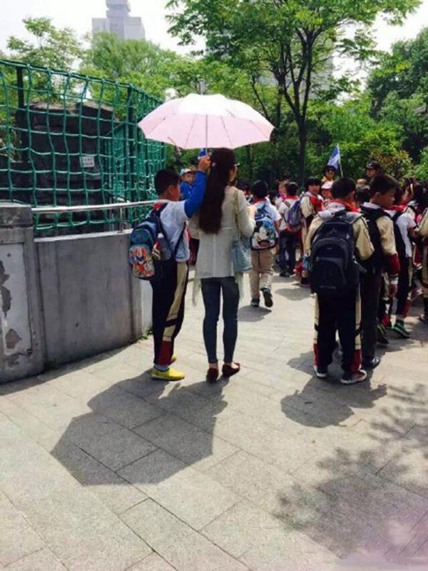 最霸气女教师 老师出游学生撑伞 新闻