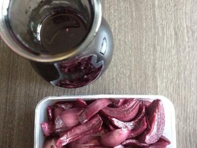 拿红酒杯的手法-三、红酒葡萄酒泡洋葱的饮用方法   1、一天喝的量约1/4杯(饮五十毫