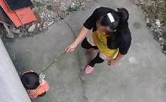 女子爆打小孩用脚踹10多次